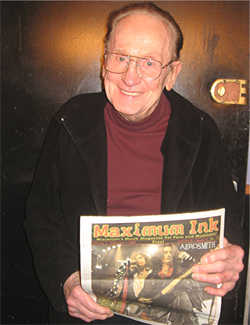Les Paul holding a copy of Maximum Ink backstage at the Iridium Jazz club in New York City - photo by Otto Schamberger