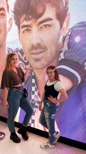 Lizzie and Lexi at the Jonas Brothers in Milwaukee