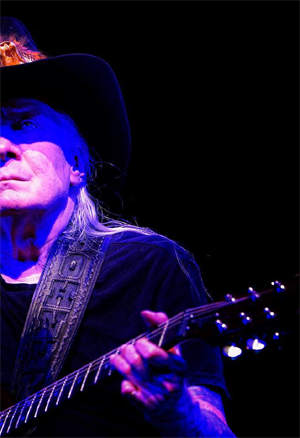 Johnny Winter - photo by Dave Hedstrom/Dave Shoots Bands copyright 2014